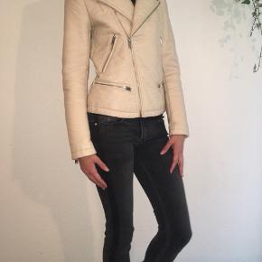 Elegant råhvid bikerjakke i imiteret læder fra Zara sælges- meget velholdt - en lille smule patina ved albuen, men ellers perfekt stand. Se også mine andre spændende annoncer, da jeg bl.a. sælger ud af klædeskabet :-) Jeg sender gerne ved betaling af MobilePay. Porto 45 kr.🌸☀️🌸