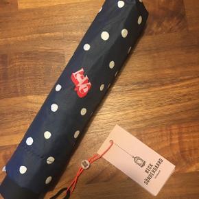 Sød paraply med teksten LOVE 💋  Nypris 299. Sælges til en god pris :)