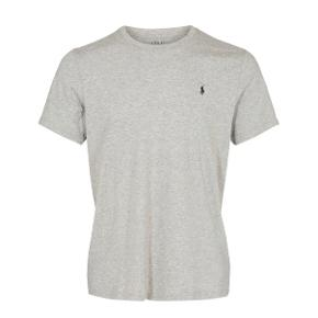 Stort set helt ny ralph lauren t-shirt. Den er maks brugt 5 gange, og er derfor i perfekt stand. Den står til 473kr inde på asos. #30dayssellout