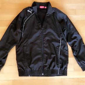 Varetype: Puma let sort jakke str 152 cm 12 år Farve: sort  Puma let sort jakke str 152 cm 12 år