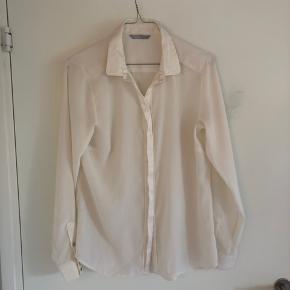 Sælger denne flotte bluse fra h&m. Den er brugt få gange. Den er i str. S, men passer også M og XS. BYD