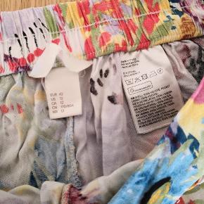 Lækre farvelige shorts med elastik i taljen 100%viscose