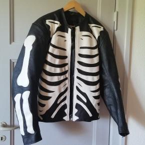 Mega fed skellet motorcykel jakke i kvalitets læder sælges. Den har aldrig været brugt da den er for stor til mig. Der står STR L i men passer nok mere en Xl da skuldrene er bredde☺️