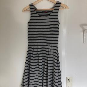 Meget fin og simpel kjole.   Køber betaler fragt.