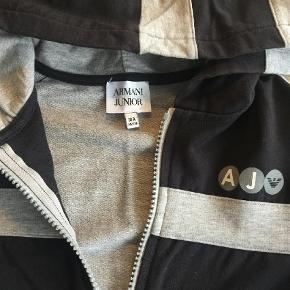 Brand: Armani Junior Varetype: Hættetrøje Farve: Sort Oprindelig købspris: 1200 kr. Prisen angivet er inklusiv forsendelse.  Smart hættetrøje fra Armani Junior. Den er kun blevet brugt få gange og er derfor i super fin stand.   Se også mine andre annoncer.