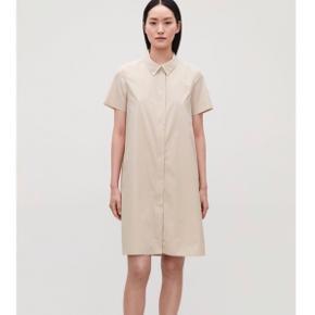 COS stores beige skjortekjole med lynlås  Str. 36, brugt få gange - fremstår som ny.  Nypris 690,-  Kan mødes og handle i København