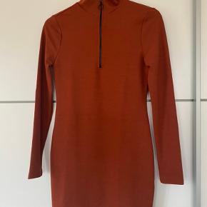 Rust farvet kjole fra NA-KD. Den går til over knæene og er kun prøvet på. Str. S, men fitter en S-XS:)