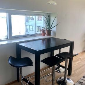 Sort barbord/spisebord fra IKEA + 4 barstole Mål på bord: højde: 90cm, bredde:70cm, længde: 120 cm