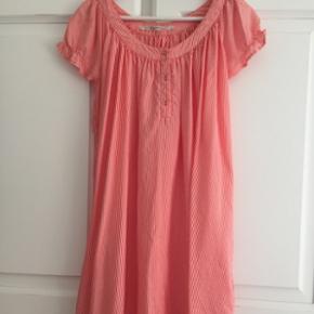 Sød kjole fra Custommade i silke. Smalle striber hvid/orange. Lille pufærme. Sender gerne. Køber betaler porto.