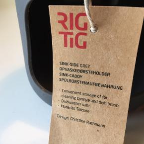Sink Side Grey opvaskebørste holder fra RIG-TIG by Stelton. Opvaskebørsten og karkluden følger ikke med.  Se mine øvrige annonce. Hvis du er interesseret i flere ting finder vi en god pris.