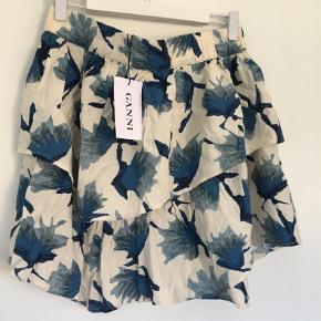 Varetype: Mini Størrelse: S/M Farve: Blå Oprindelig købspris: 699 kr.  Virkelig flot nederdel fra Ganni. Den er lille i str.  Str L men passer XS-M