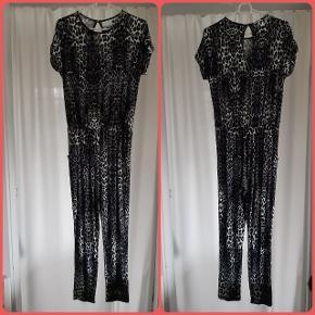Sød buksedragt (elastik i taljen) str 152, viscose/elastan, 2 skrålommer, farver: sort, grå, hvid. Kun prøvet
