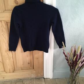 Jeg sælger denne Mørkeblå sweater fra United Colors of Benetton, da jeg kom til at vaske den forkert. Den er derfor blevet til en xs, og før var det en medium.