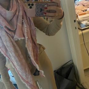 Guccihalstørklæde næsten som nyt.  Brugt få gange.  BYD gerne