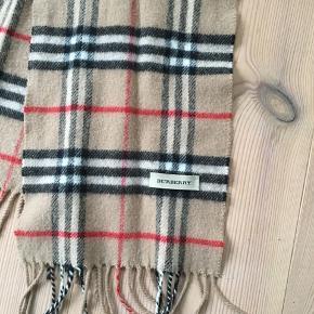 Vintage Burberry tørklæde.  Det er 19cm bredt og 117cm langt, uden frynser. Det er købt af en pige, hvis mor havde købt det i en Burberry foretning i hendes unge dage. Ingen kvitteringen.