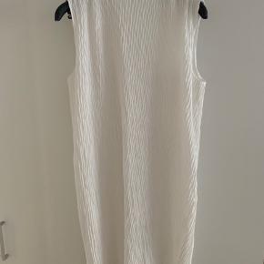 Brugt 2 gange - skyllet op.  Envii by Pernille teisbæk Super flot midi kjole - 100% polyester