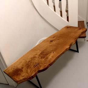 Rustik bænk eller sofabord, Dansk design  Sjældent udbudt flot og rustik bænk eller sofabord i dansk eg. Træet er i et styk og slidt ned med årene og har derfor bløde runde kanter. Understel skåret ud i et styk -gedigen kvalitet  Mål: 54x170x48  Kommer fra et rygefrit og dyrefrit hjem