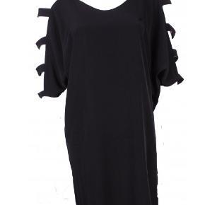 Smuk kjole med kig til skuldre og arme. Bindebælte medfølger, som kan bruges til at fremhæve taljen, men kjolen kan også bruges løsthængende.