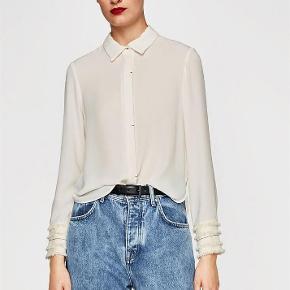"""Varetype: Supersmart *NY* Skjorte Farve: Råhvid Oprindelig købspris: 249 kr.  Rigtig fed skjorte fra ZARA.   Den er aldrig brugt, kun prøvet på.    TRYK PÅ """"KØB NU"""" FOR AT SIKRE DIG HANDLEN :-)"""