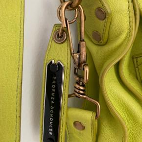 Proenza Schouler PS1 XL Købt på Vestiaire i juni 2020: Ægthed garanteret På inder-tag er der klippet et hul: indikerer 'kollektionsprøve', desuden er sort farve afprøvet på bagsiden af tagget. Begge dele helt uden betydning, se foto. Sendes for købers regning eller afhentes i 2665.