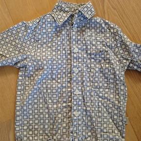 Varetype: SkjorteStørrelse: 3år Farve: blå, hvid Oprindelig købspris: 450 kr.  Sød skjorte fra Gro. Skjorten har næsten ikke være brugt, og fejler intet! :)
