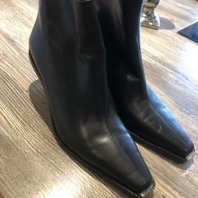 ZARA støvler str. 39, brugt en enkelt gang - hvilket kan ses en smule på sålen.