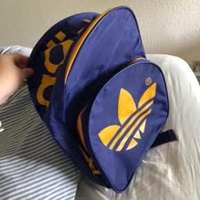 Sælger denne Adidas rygsæk.  Den har brugsspor men er i fin stand ellers.  Se billeder.