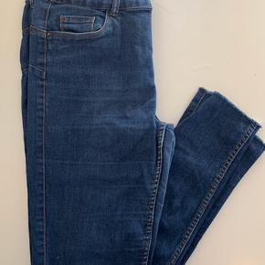 VERO MODA Str. L/ L32  Ét par super dejlige sommer jeans, men en detalje ved anklerne.  Pris. 75,-   ✖️FØRST TIL MØLLE✖️