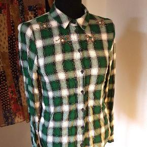 Sjov bomuldsskjorte fra H&M med palliet biller. De mangler ingen perler eller pallietter.
