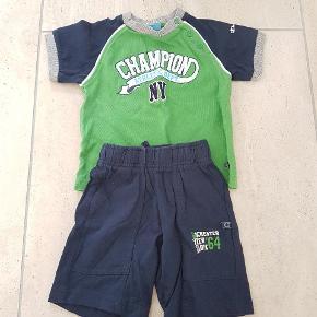 Champion shorts og T-shirt str 74. Mørkeblå og grøn, bindesnor i livet. Brugt men rigtig pæn stand.