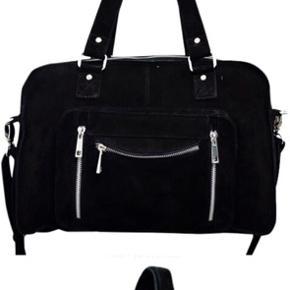 Sælger min elskede nunoo taske, da jeg ikke får den brugt så meget som jeg burde. Den er et år gammel, og stadig rigtig fin! Flere billeder kan sendes :-)
