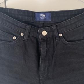 Wood Wood Eve jeans i str. 27. Nogen slid, men stadig pæne.