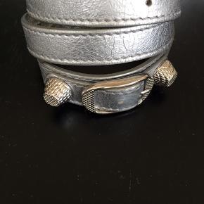 Lækkert armbånd fra Balenciaga, sølvgrå. Kan gå 3 gange rundt om håndleddet. Sælges for 500,-