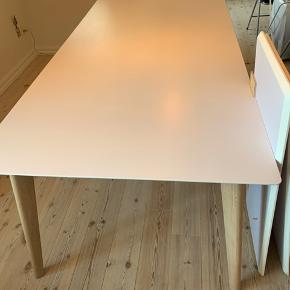 """Meget velholdt Mallorca spisebord fra ILVA, før pris 7.499 og sælges grundet flytning til mindre.  Mål: 200 x 100 x 75cm Det vejer 58kg og er lavet af hvidhøjtrykslaminat. Benene er hvidolieret eg og der medfølger to tillægsplader. Den ene plade mangler en træ """"dut"""", men kan sagtens fikses (se på billede 3)  AFHENTES PÅ 4. Sal i Århus C (Øgadekvarteret) prisen er sat derefter😊"""
