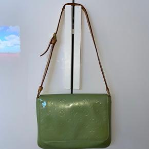 Louis Vuitton Green Thompson. Lidt beskidt indeni, men ellers i rigtig god stand. Kvitt haves ikke.