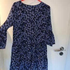 Lækker kjole fra Na-KD som jeg har haft meget glæde af. På trods af den er brugt en del gange er der ingen tegn på slid overhovedet😊