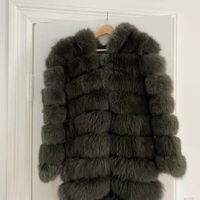 Meotine smuk støvet grøn pels med hætte. 100% fox fur. Brugt få gange. Meget flot stand. Ny pris 12000. Sælges for 6000 Str s/m