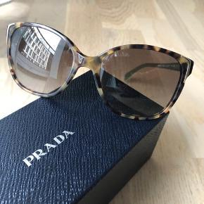 Flotte solbriller kun brugt få gange. Sklidpadde front med brunt glas og smukke grønne stænger.  Inkl æske og etui.   Giv et bud. Køber betaler evt porto og gebyr.