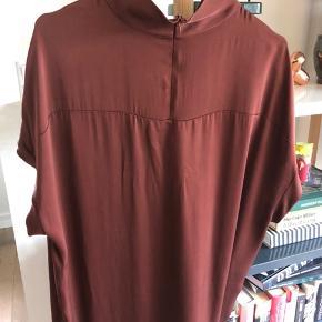 Smuk silkekjole fra Malene Birger. Stylenavn: Allentia Rustbrun 92% silke 8% elastan