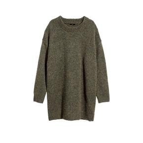 Super lækker oversize kaki sweater fra H&M. Kan også bruges som kort kjole, måler 85 cm i længden.  Helt ny med prismærke.  Foretrækker at mødes og handle i København K men kan også sendes med post - pris for fragt lægges oveni :)