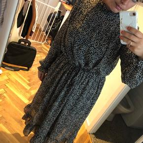 Sælger denne fine kjole. Kun prøvet på.   Den er mørkeblå Lavet af polyester, bindebånd i taljen.  Der medfølger underkjole, det er str. M, men lidt til den store side.