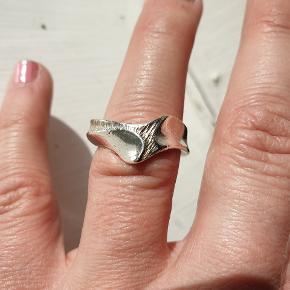 Smuk sterling sølv ring str ca 53/medium. 100kr  Fragt 10kr Se flere smykker under min profil.