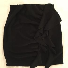 Virkelig flot tætsiddende nederdel med frynser foran. Mængderabat gives:))