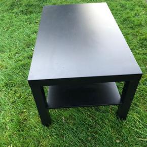 Fint sofabord i sortbrun fra IKEA. Der er en lille malerplet på og en ridse som vist på billedet. Bordet er stabilt og kan afhentes