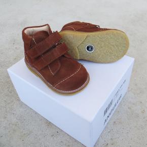 Varetype: Sko / Begyndersko *NYE* Farve: Brun Oprindelig købspris: 799 kr.  Søde begyndersko fra Angulus, som aldrig har været brugt.  De har en høj, stabil hælkap, der giver god støtte til foden.  Den indvendige sål kan ikke tages ud, og det er lidt vanskeligt at komme til at måle med en tommestok nede i skoen... men så godt som jeg nu lige kan komme til, vil jeg sige, at de måler ca. 12,4 cm indvendigt.  Bud fra 290 kr. pp.  Medmindre andet aftales, sender jeg med DAO til DK adresser.  Jeg bytter ikke, men handler gerne via Mobilepay :-)