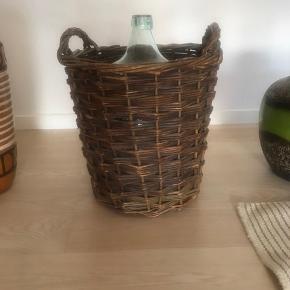 Skøn gl glas flaske i klar glas / vin ballon  i tilhørende kurv 46 cm høj   Randers nv ofte Århus Ålborg København mm Til salg på flere sider