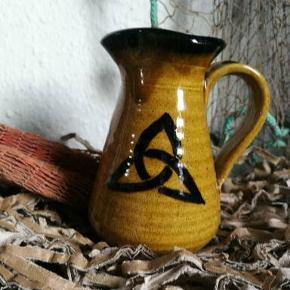 Smuk med skønhed, besidder denne mindre kande i keltisk design . For nærmere beskrivelse og mål se sidste foto.
