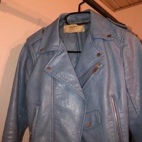 Sælger denne super super fine Zara jakke, da jeg desværre ikke kan passe den mere.