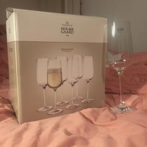 Sælger disse 6 smukke (og helt splinternye) champagneglas fra Holmegaard. Jeg har fået dem i gave, men jeg mangler plads i køkkenet og må desværre sælge dem.