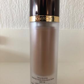 Tom Ford traceless perfecting foundation spf 15, farve 6.0 natural. Lufttæt beholder. Brugt ca 2 cm.